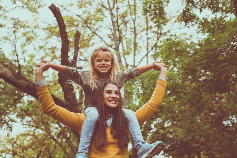 Madre che gioca con la figlia Sul movimento fotografia stock