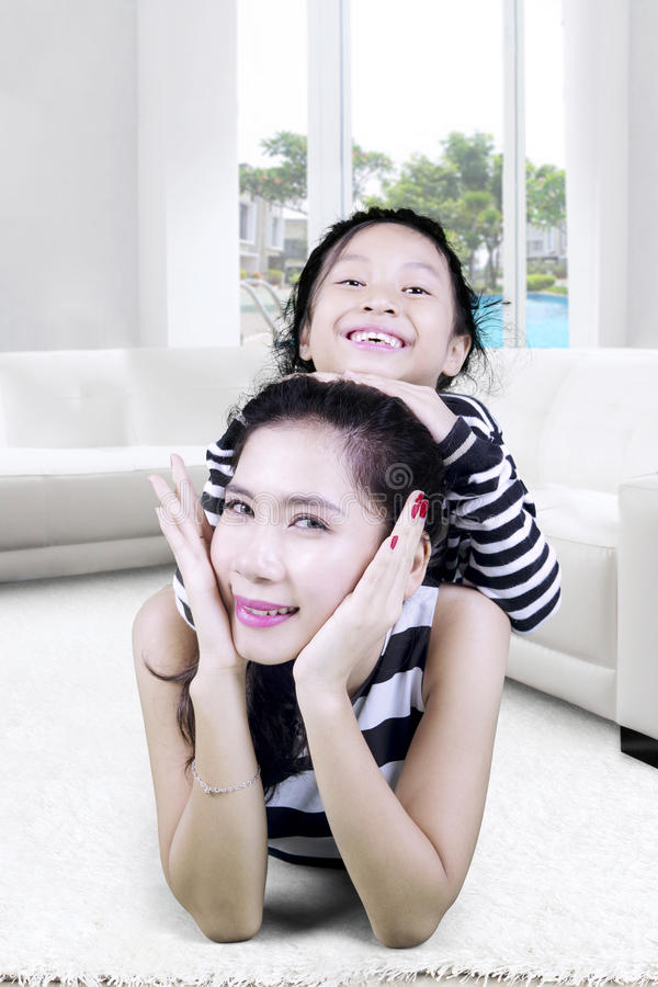 Madre che gioca con sua figlia a casa fotografia stock