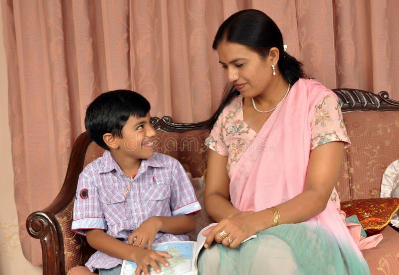 Madre che insegna al suo figlio immagine stock