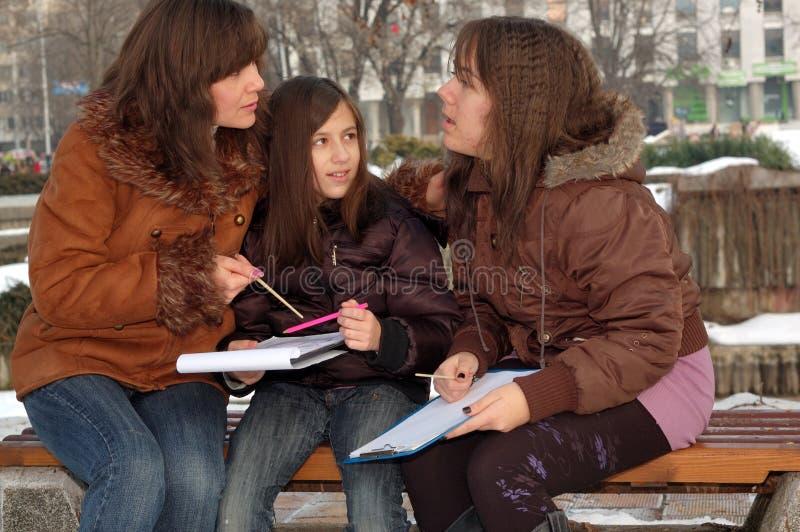 Madre che insegna alle sue figlie immagini stock libere da diritti