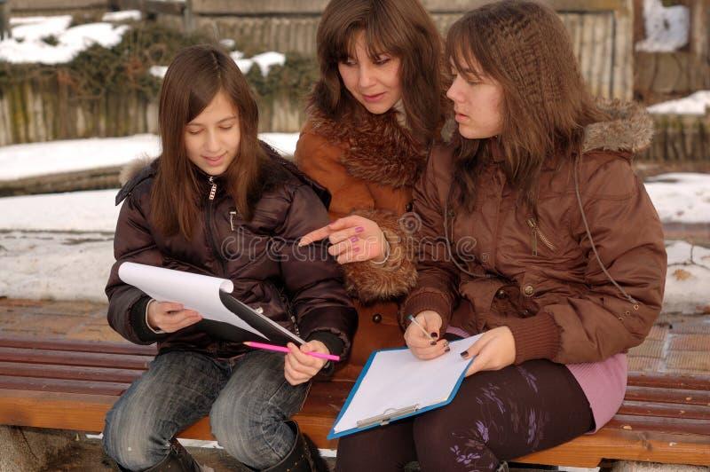 Madre che insegna alle sue figlie fotografia stock libera da diritti