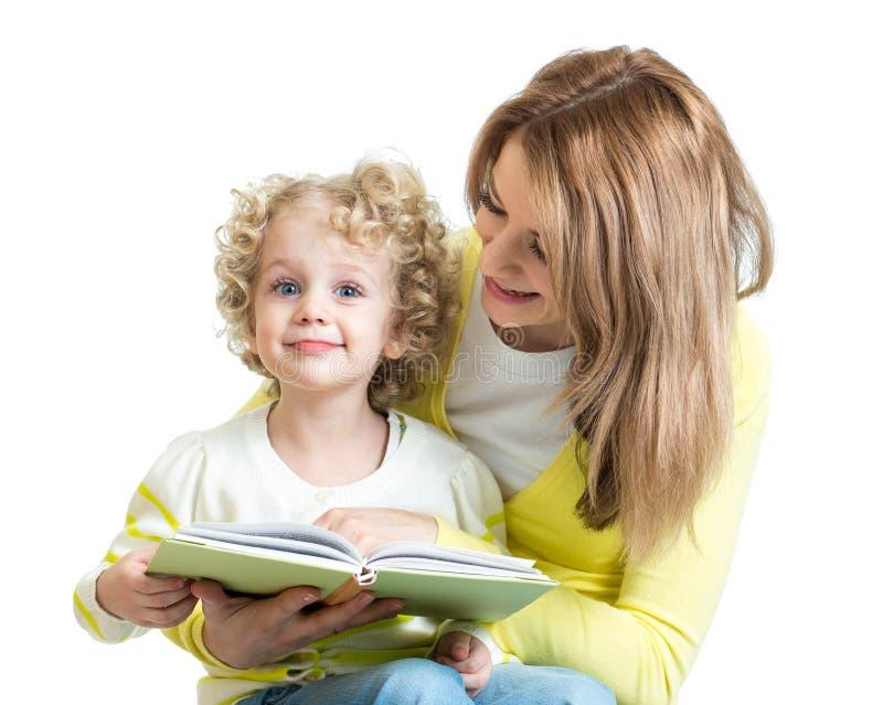 Madre che legge un libro per scherzare fotografia stock libera da diritti