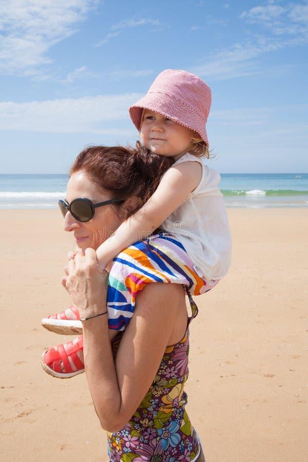 Madre che mette bambino sulle spalle fotografia stock libera da diritti