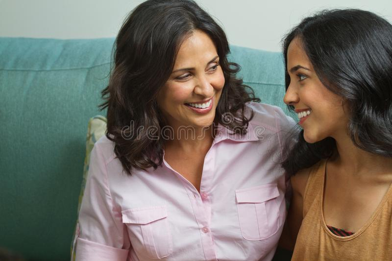 Madre che parla con sua figlia adolescente fotografie stock