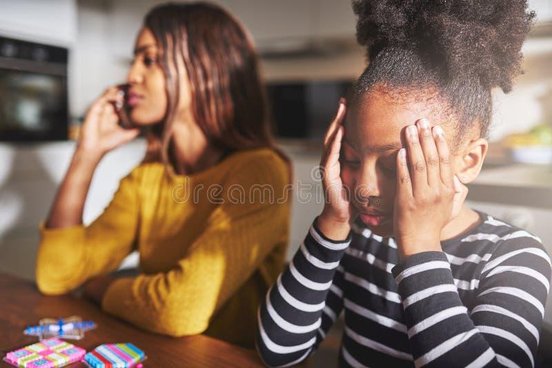 Madre che parla sul telefono che dimentica bambino fotografie stock libere da diritti