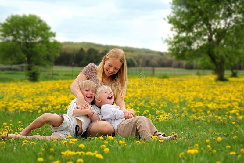 Madre che solletica i bambini piccoli fotografia stock libera da diritti