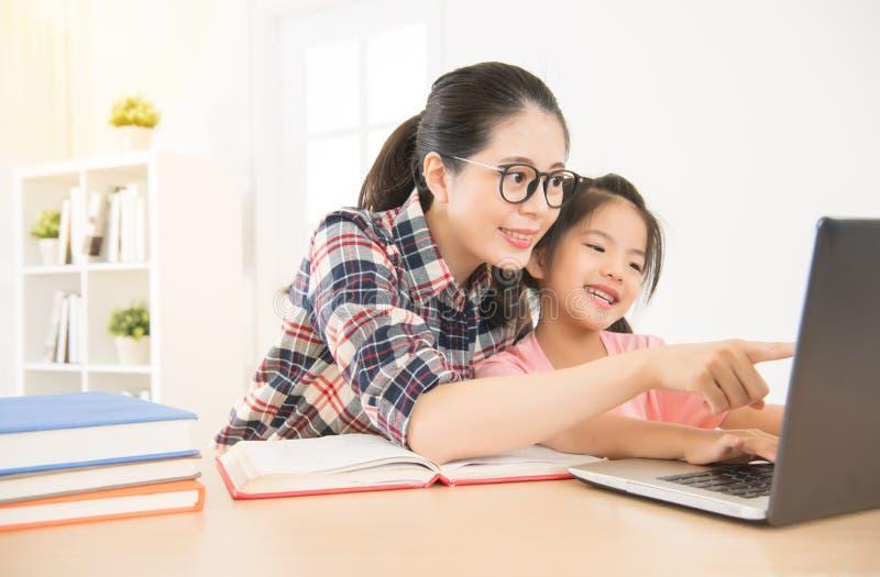 Madre china de Asia con la hija foto de archivo libre de regalías