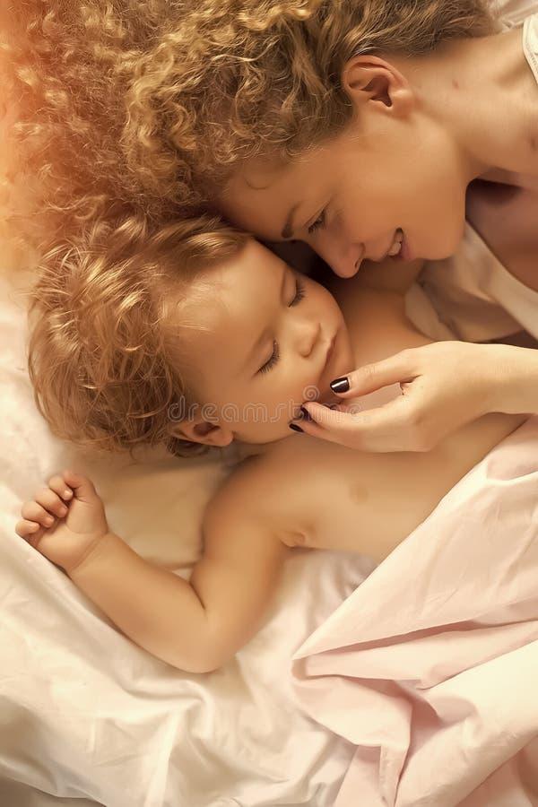 Madre con dormir del bebé imágenes de archivo libres de regalías