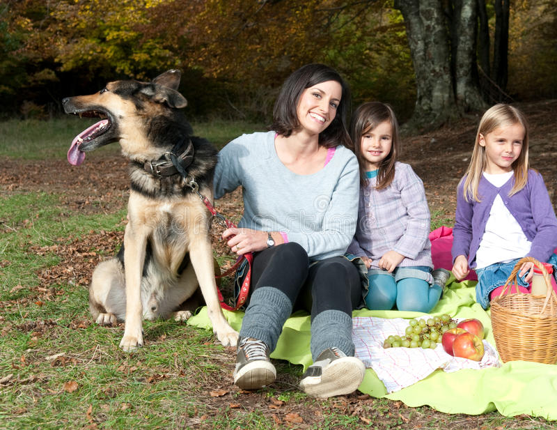 Madre con dos dughters y un perro fotografía de archivo libre de regalías