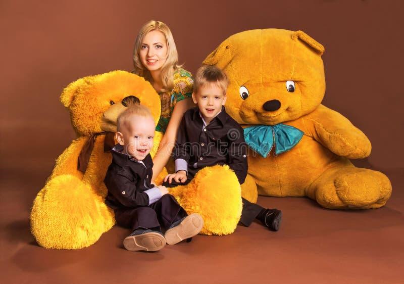 Madre con dos hijos imagen de archivo