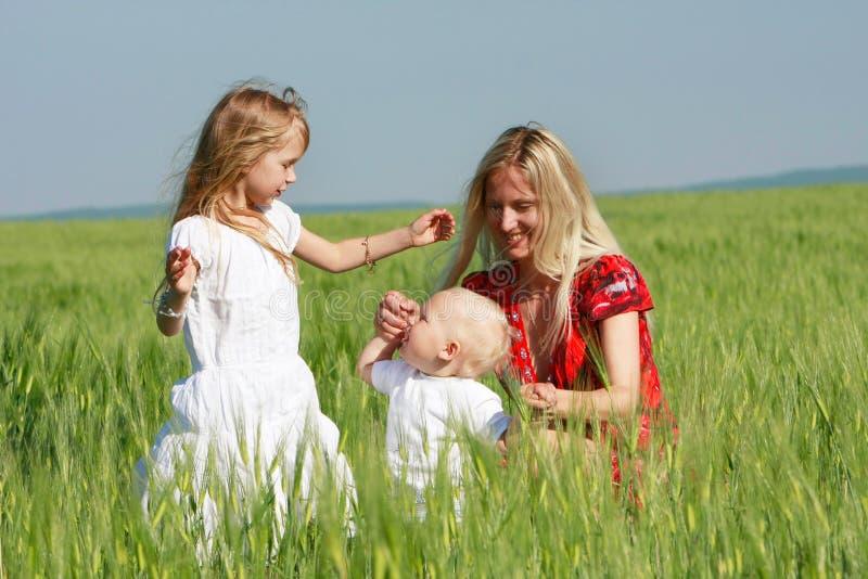 Madre con dos niños en la naturaleza fotografía de archivo libre de regalías