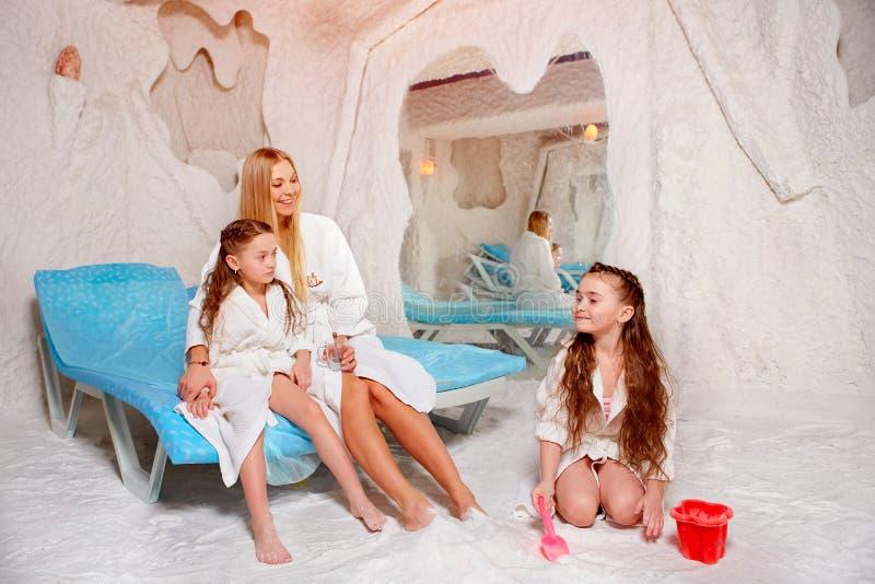 Madre con dos niños en sitio de la sal Halotherapy para el tratamiento imagenes de archivo
