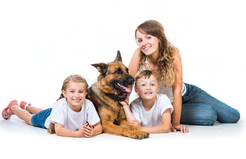 Madre con dos niños y su pastor fotografía de archivo