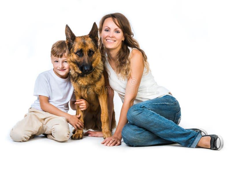 Madre con dos niños y su pastor fotos de archivo libres de regalías