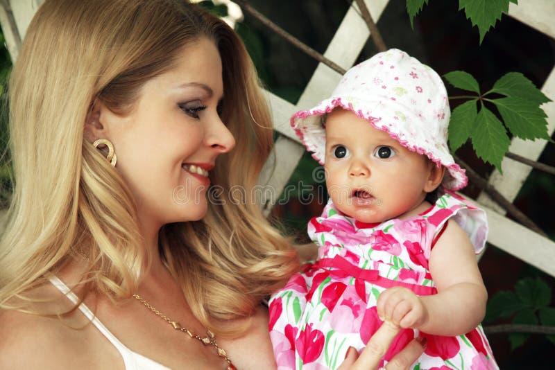 Madre con el bebé imagen de archivo libre de regalías