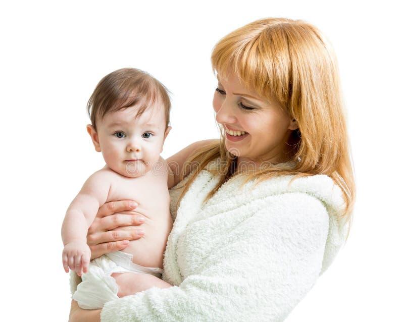 Madre con el bebé después de bañar imagen de archivo