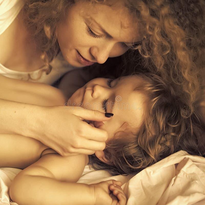 Madre con el bebé durmiente foto de archivo