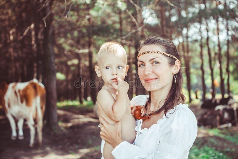 Madre con el bebé en el bosque imágenes de archivo libres de regalías