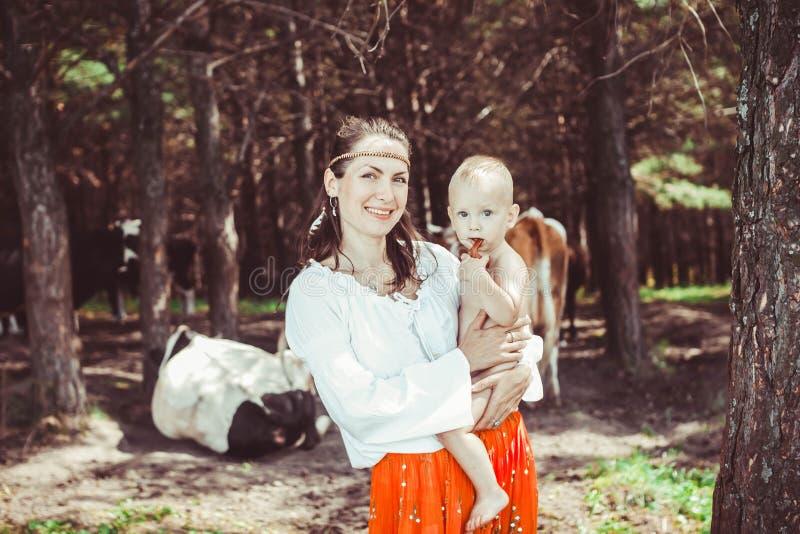 Madre con el bebé en el bosque imagen de archivo