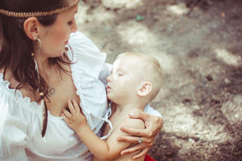 Madre con el bebé en el bosque fotografía de archivo libre de regalías