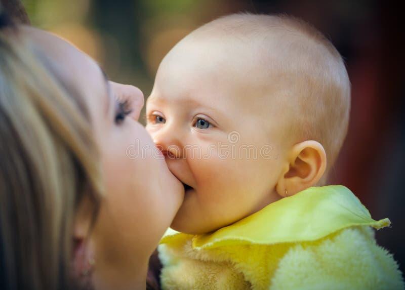 Madre con el bebé en parque fotografía de archivo