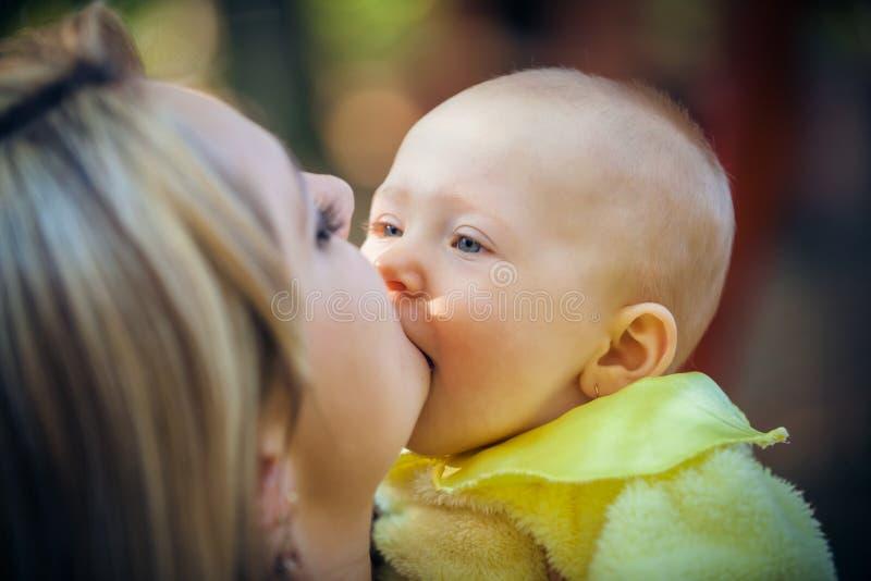 Madre con el bebé en parque imagen de archivo