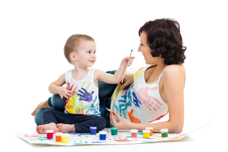 Madre con la pintura del muchacho del niño fotografía de archivo libre de regalías