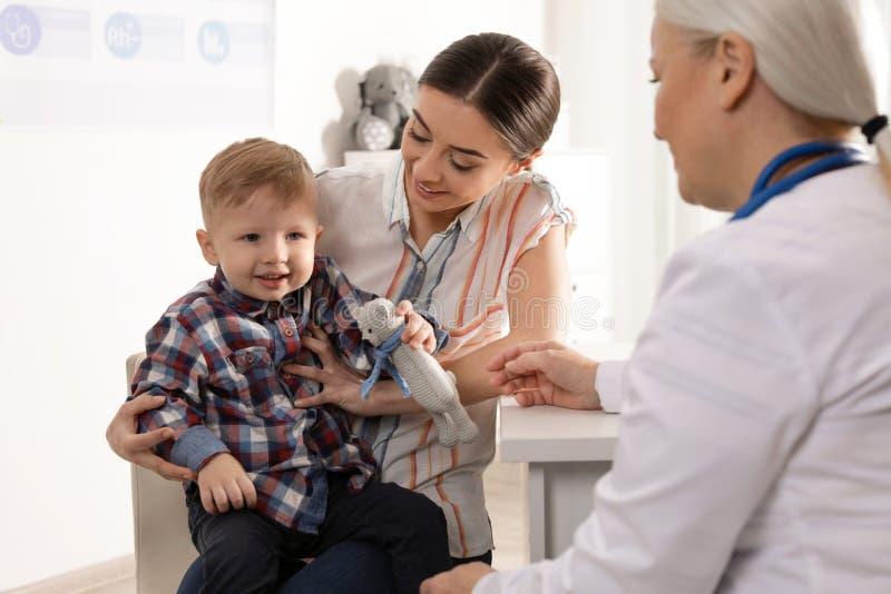 Madre con el doctor que visita del ni?o imagen de archivo