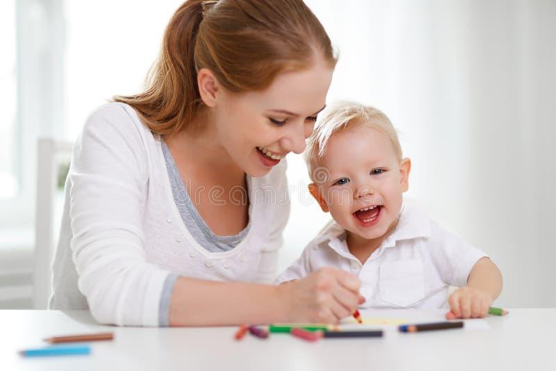 Madre con el hijo del bebé con los lápices coloreados imagen de archivo libre de regalías