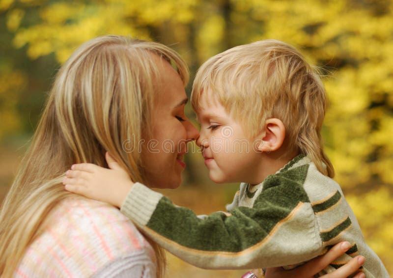 Madre con el niño fotos de archivo