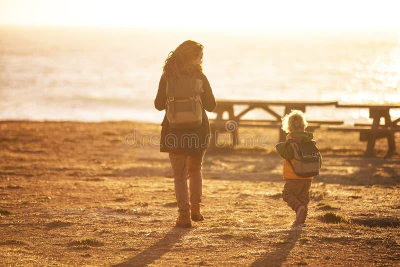 Madre con el Océano Pacífico de la visita del hijo en California foto de archivo