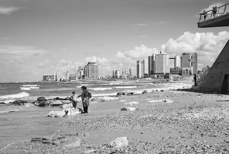 Madre con el pequeño hijo en la costa de Tel Aviv fotografía de archivo