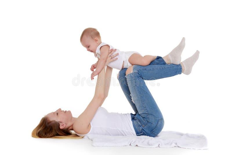 Madre con el peque?o beb? foto de archivo