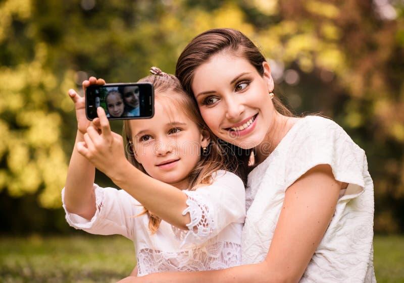 Madre con el selfie del niño imagenes de archivo