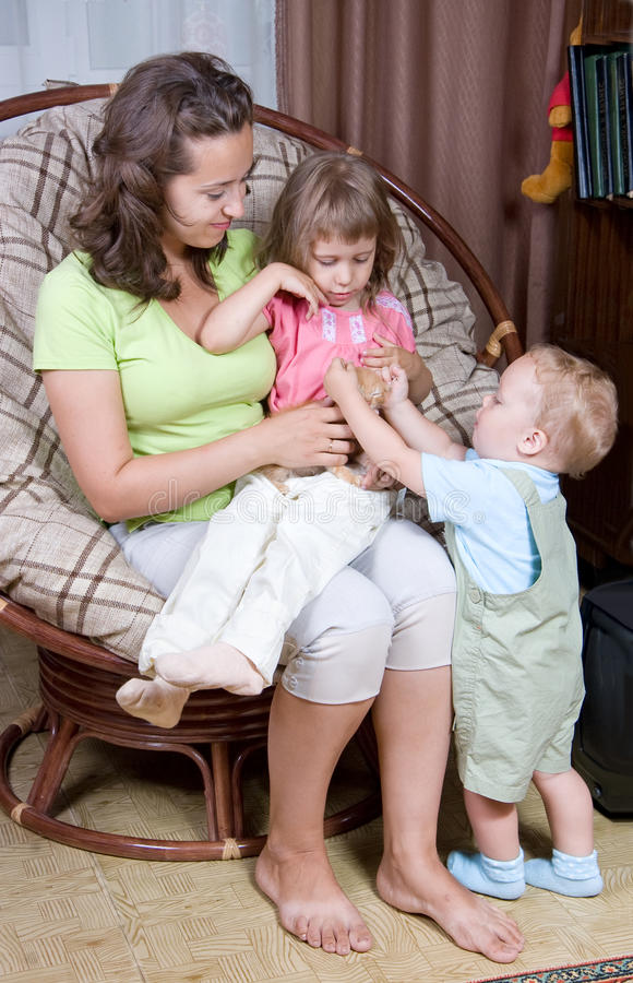 Madre con i bambini che tengono un gattino fotografie stock