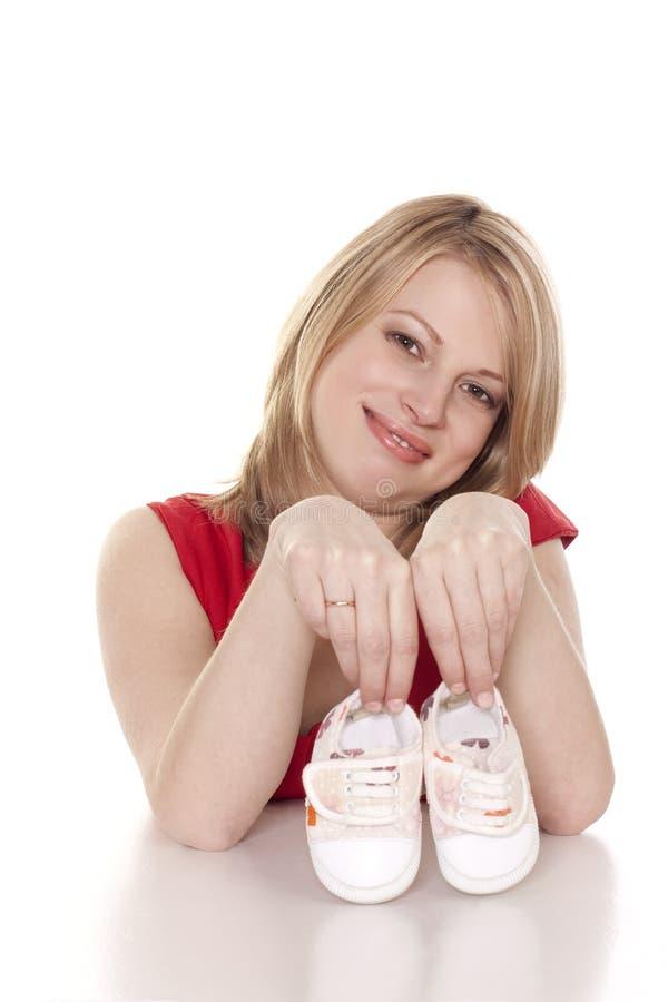 Madre con i bootees del bambino immagine stock libera da diritti