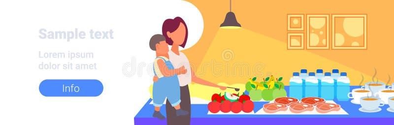Madre con i piccoli turisti del figlio che scelgono i piatti dall'interno del ristorante dell'hotel di approvvigionamento della t royalty illustrazione gratis