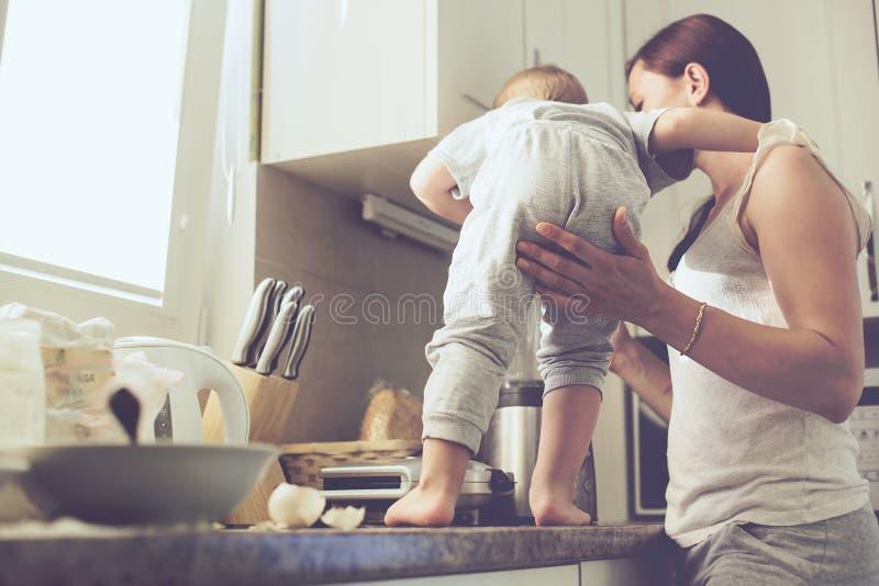 Madre con il bambino che cucina insieme fotografia stock libera da diritti