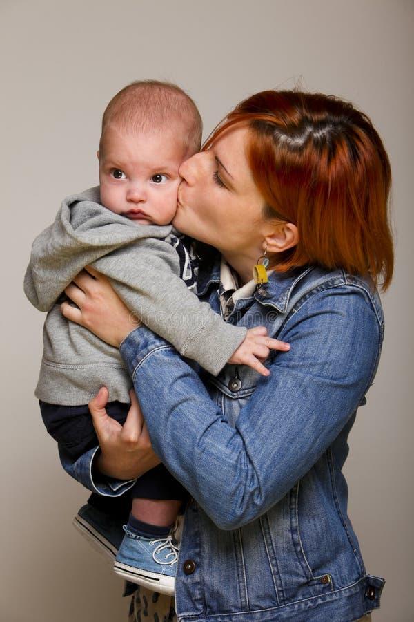 Madre con il bambino dolce fotografia stock