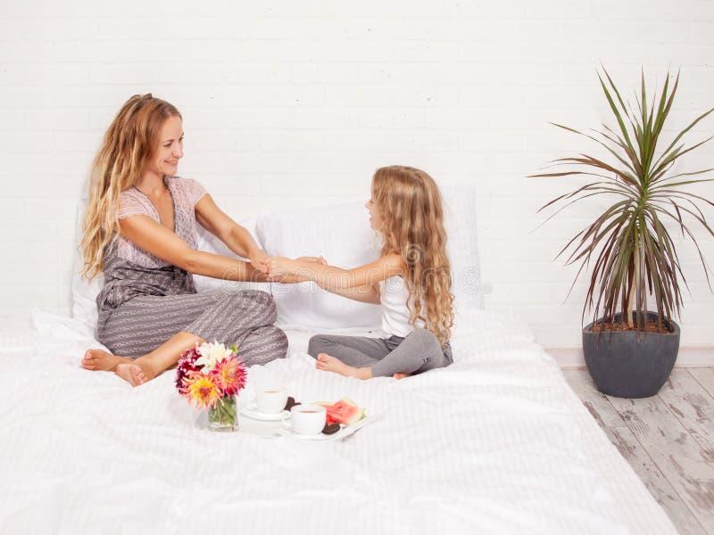 Madre con il bambino a letto immagine stock