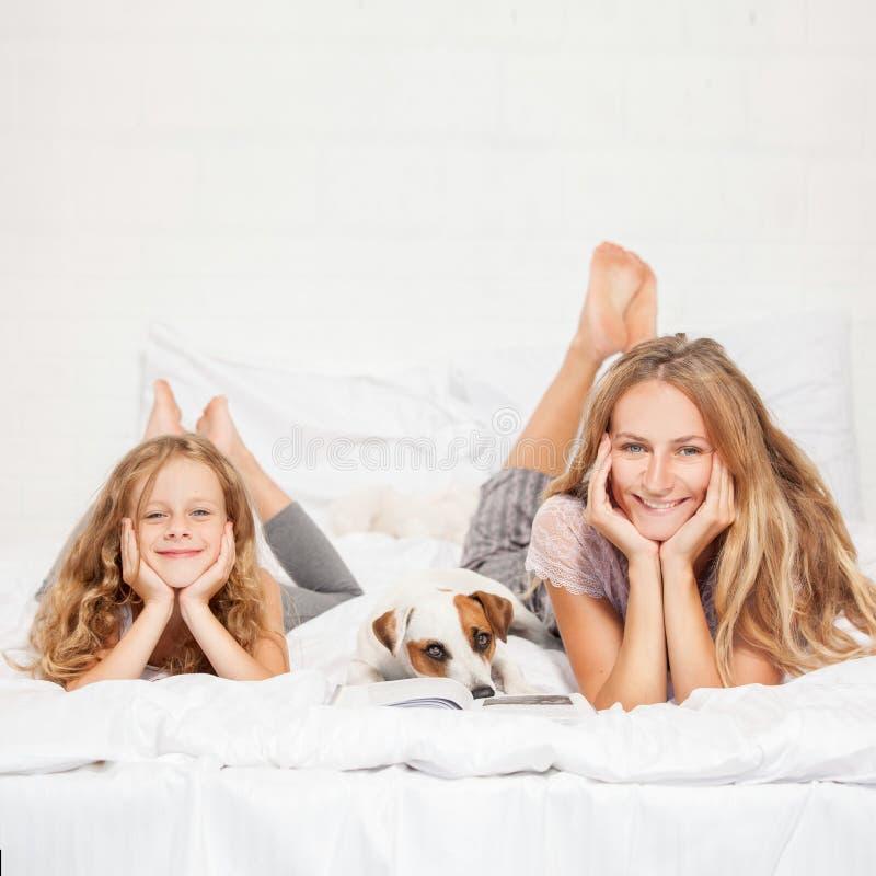 Madre con il bambino a letto fotografia stock