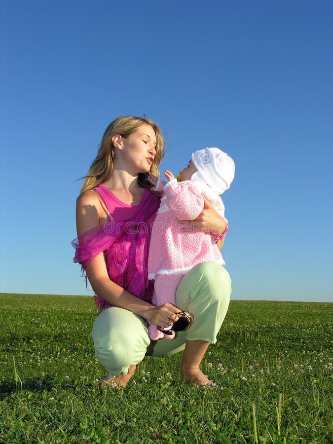 Madre con il bambino sul tramonto