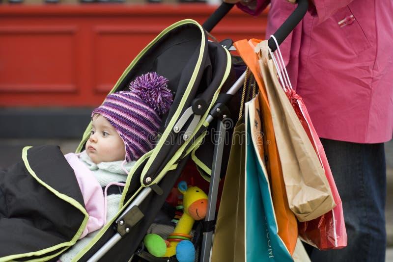 Madre con il bambino sveglio in passeggiatore fotografia stock