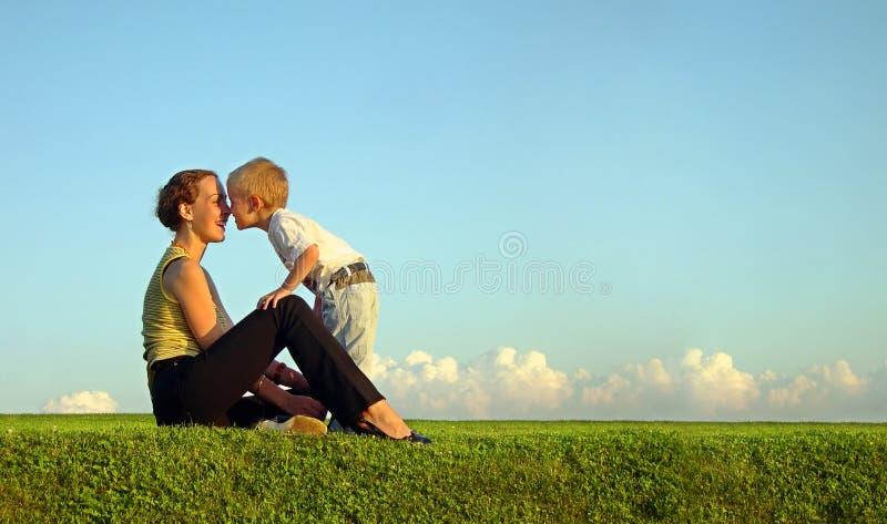 Madre con il figlio sul tramonto fotografia stock libera da diritti