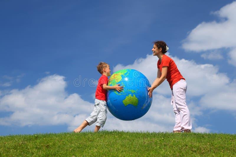 Madre con il gioco del figlio un globo gonfiabile immagini stock libere da diritti