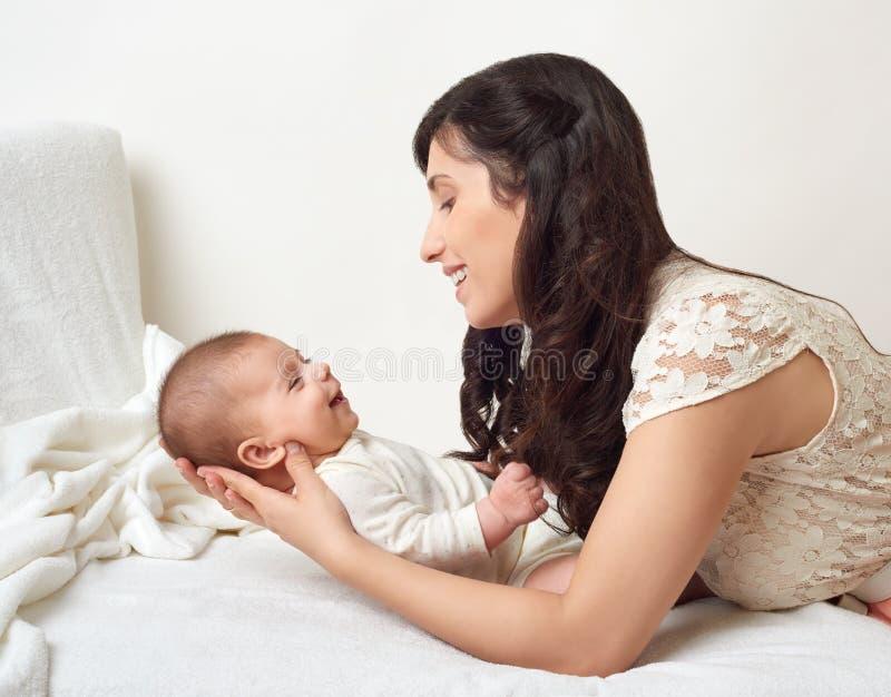 Madre con il ritratto del bambino, concetto di maternità felice immagini stock