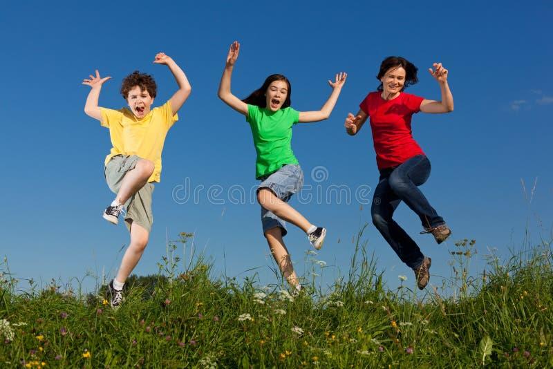 Madre con il salto dei bambini immagini stock