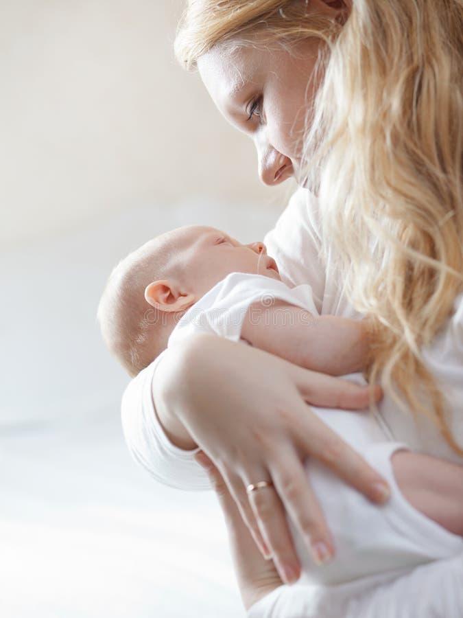 Madre con il suo bambino appena nato fotografia stock