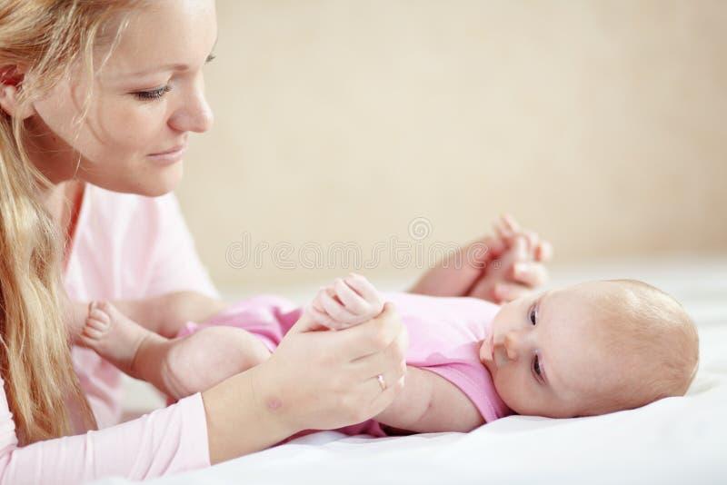 Madre con il suo bambino appena nato fotografia stock libera da diritti