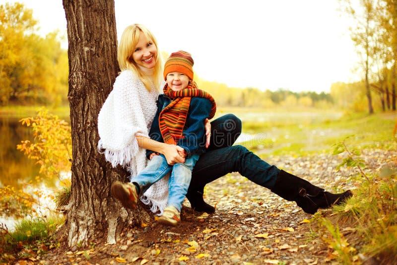 Madre con il suo figlio (fuoco sul ragazzo) fotografia stock